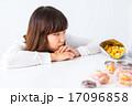 女性 女の子 お菓子 ダイエット 我慢 スイーツ ポートレート 糖質 脂質 炭水化物 白背景 コピー 17096858
