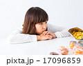 女性 女の子 お菓子 ダイエット 我慢 スイーツ ポートレート 糖質 脂質 炭水化物 白背景 コピー 17096859