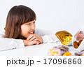 女性 女の子 お菓子 ダイエット 我慢 スイーツ ポートレート 糖質 脂質 炭水化物 白背景 コピー 17096860