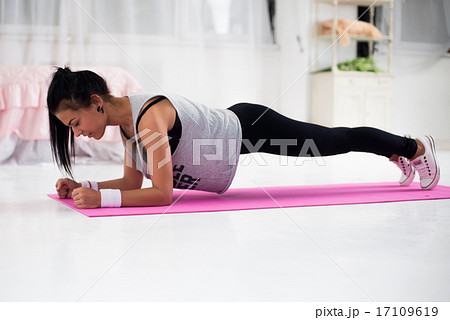 Slim fitness young woman Athlete girl doing plank exercise at home concept training workout crossfitの写真素材 [17109619] - PIXTA