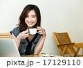 カフェにいる女性 17129110