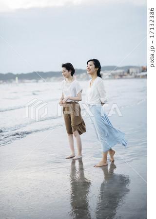 海で黄昏れる女性二人 17132386