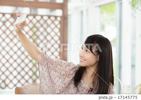 スマホで自撮りする可愛い女の子 17145775