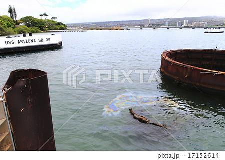 真珠湾攻撃で沈没した戦艦アリゾナから流れ出る重油 17152614