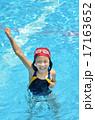 プールでガッツポーズを決める女の子 17163652