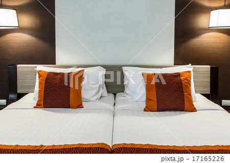 Red pillow on bedroom with white bedsheet の写真素材 [17165226] - PIXTA