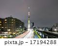 スカイツリー(明花)に向かう自動車の光跡 17194288