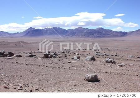 南米チリ北部、アタカマ高地から雄大なアンデスの山々と上空に発生した美しい雲を望む 17205700