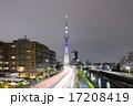 スカイツリー(明花/ラベンダー)に向かう自動車の光跡 17208419
