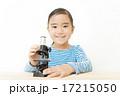 顕微鏡を使う女の子 17215050