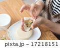 餃子作り 17218151