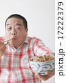 食事を摂る中年男性 17222379