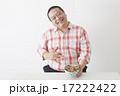 食事を摂る中年男性 17222422