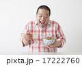 食事を摂る中年男性 17222760