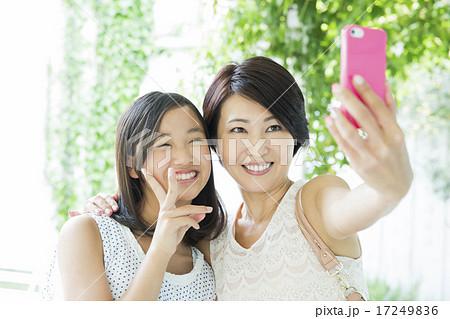 自撮りするお母さんと10代の女の子 17249836