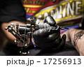 腕にタトゥーを入れる男性 17256913
