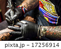 腕にタトゥーを入れる男性 17256914