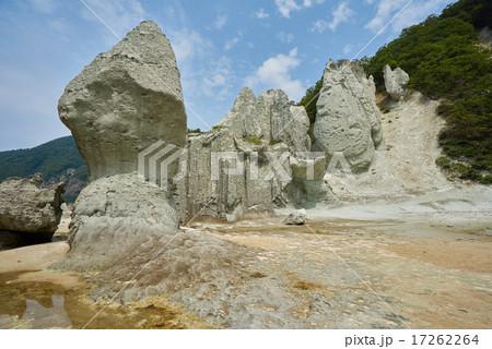 奇岩の景勝地仏が浦、左が如来の首、右上が双鶏門(下北半島、青森県) 17262264