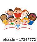 読書をする子供達 17267772