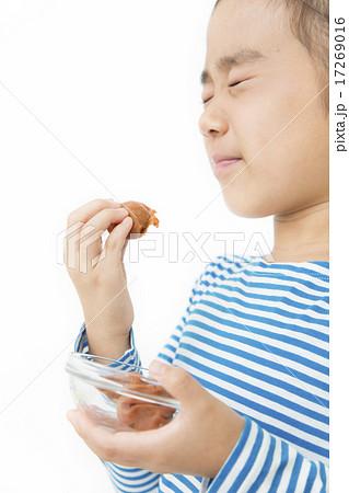 梅干しを食べる女の子 17269016