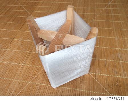 蚕(カイコ)の繭(まゆ)から糸取り 17288351
