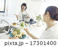 キッチン 女性 料理の写真 17301400