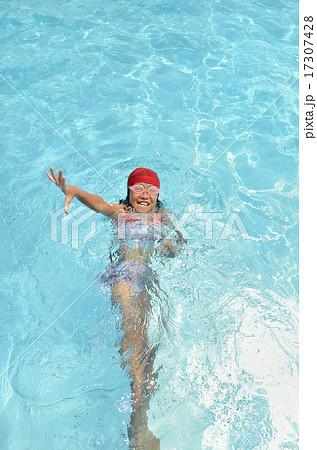 プールで遊ぶ女の子 17307428