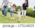 公園を歩く4人家族 17314625