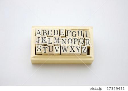 木箱に入ったアルファベット 17329451