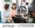 ベビーカーに赤ちゃんを乗せて電車に乗る若い女性 17333006