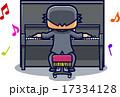 アップライトピアノをひく男性 17334128