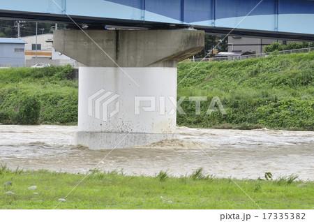 高田橋と増水した相模川 17335382