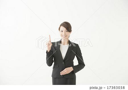 スーツ姿の女性(指差し) 17363038