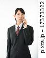 携帯電話で通話するビジネスウーマン 17373322