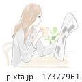 コーヒーを飲みながら新聞を読む女性 17377961