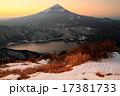 御坂山地・雪頭ヶ岳から朝の富士山と西湖 17381733