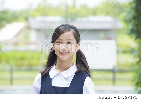 制服姿の中学生の女の子 17397175