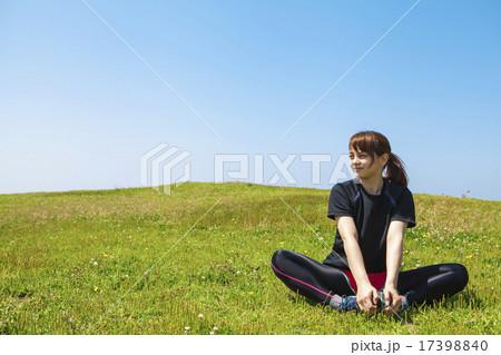 草原でストレッチをする女性 17398840