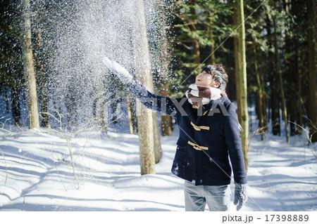 雪を上に投げる男性 17398889