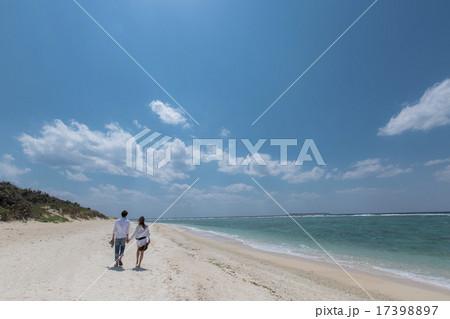 砂浜を歩くカップルの後ろ姿 17398897