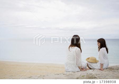 海辺で会話をする2人の女性 17398938