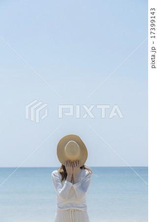 麦わら帽子で顔を隠す女性 17399143