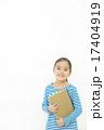 ノートを持つ女の子 17404919