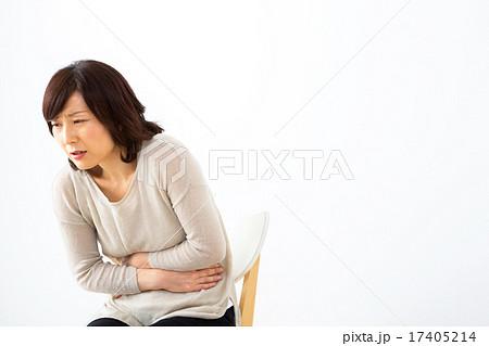 写真素材: 女性 体調不良 腹痛 お腹が痛い 腹下し 主婦 ミドル世代 中高年 セミロングの女性 女の人