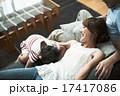 寝転ぶ ソファ くつろぐの写真 17417086