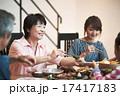 家族団らんで食事 17417183