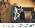 見る 寝転ぶ リビングの写真 17417197