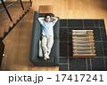 ソファ 寝転ぶ くつろぐの写真 17417241