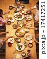 家族団らんで食事 17417251