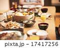 家族団らんで食事 17417256